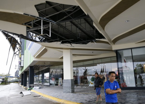 山竹颱風的威力把商場的鐵皮屋頂都給吹壞。(美聯社)