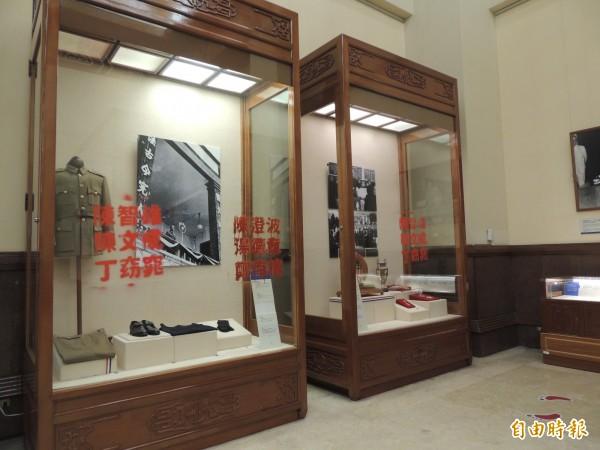 自由台灣黨赴中正紀念堂抗議,並在蔣介石展覽室噴漆寫上受蔣家迫害而失去生命的受難者姓名。(記者楊媛婷攝)