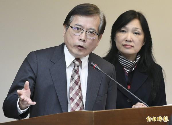 勞動部部長郭芳煜(左)與勞動條件及就業平等司司長謝倩蒨(右)昨在立院回應特休假展延及休息日加班費等相關問題。(資料照,記者陳志曲攝)