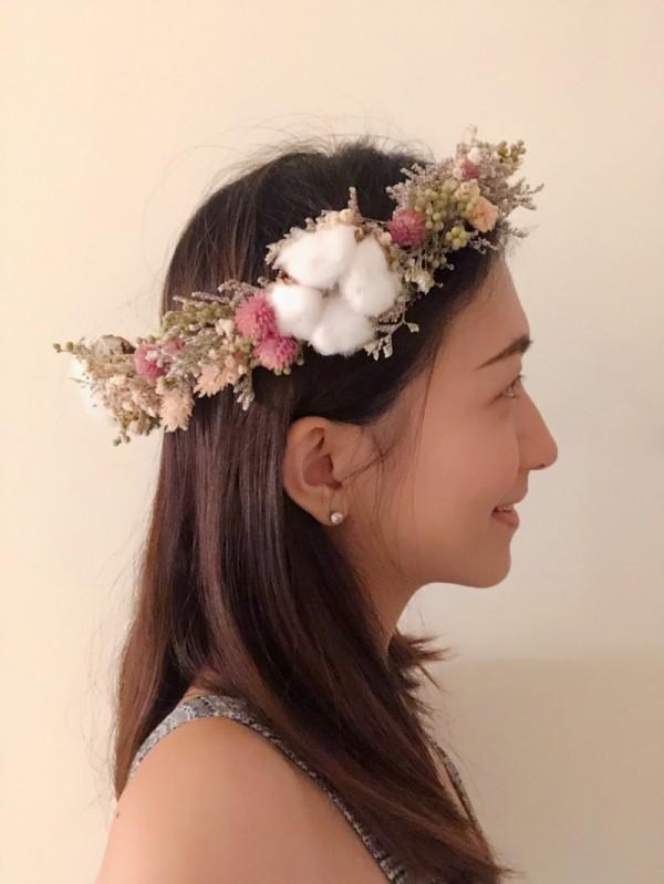 伴娘的頭飾花圈。(王雅娟提供)