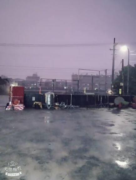 南台灣下起豪大雨,許多民眾拍攝影片上傳至網路。(圖擷取自爆廢公社)