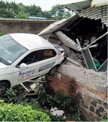 中國一名女子日前到駕訓班學開車,沒想到教練離開後,車子便突然倒退衝撞附近民宅。(圖擷自《海南網》)
