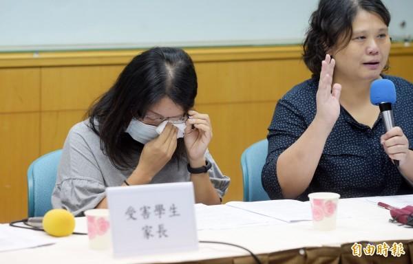 台北市民權國中一名王姓學生去年12月自殺,人本教育基金會27日舉行記者會,邀請王父、王母出席,呼籲監察院調查本案,學生家長說明情形時忍不住淚崩。(記者黃耀徵攝)