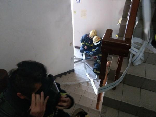 消防員部署水線滅火。(記者張瑞楨翻攝)