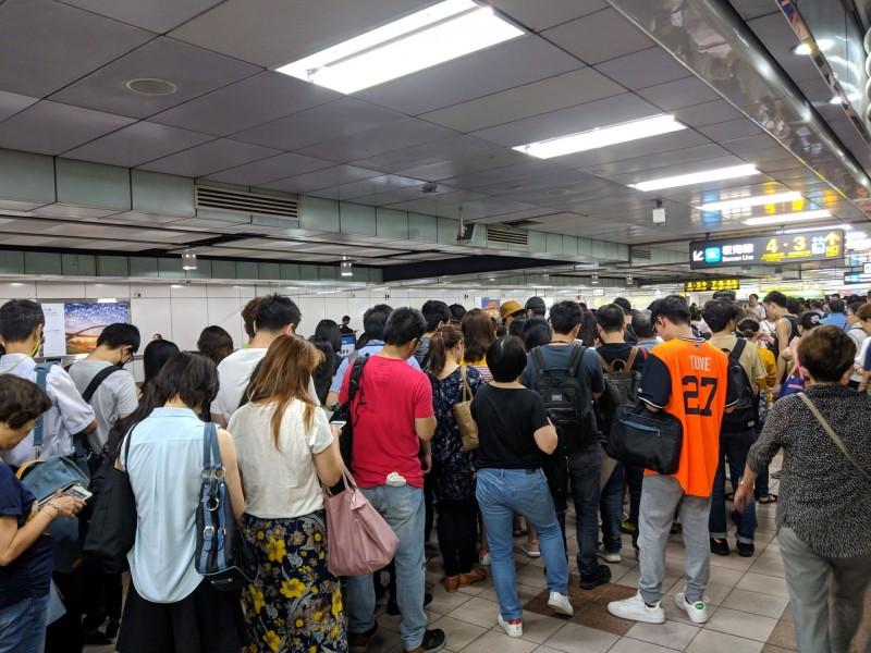 有民眾今上午在PTT發文,指北捷藍線不知為何突然不動,造成站內人潮大爆滿。圖為忠孝新生站內人潮大爆滿。(讀者提供)