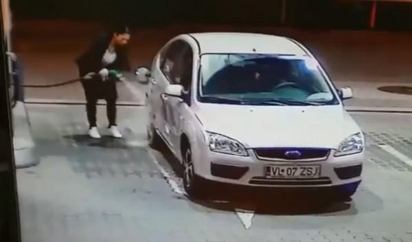 羅馬尼亞女子自助加油不慎手滑,瞬間變成自助洗車。(圖擷取自影片)