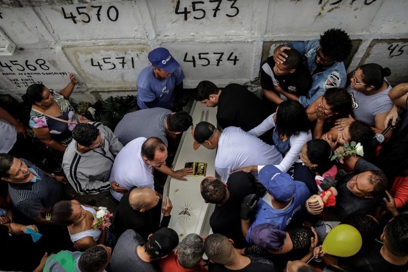 22日,里約貧民窟居民為受害女童阿加莎舉辦喪禮,並發起抗議警方暴力的示威行動。(歐新社)