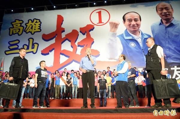 韓國瑜岡山造勢大會今晚場面盛大,他霸氣地說:「人民才是『政黨的爸爸』」,所有政黨、政府絕對不要忘記,民主最原始的精神,就是「人民作主」。(記者張忠義攝)