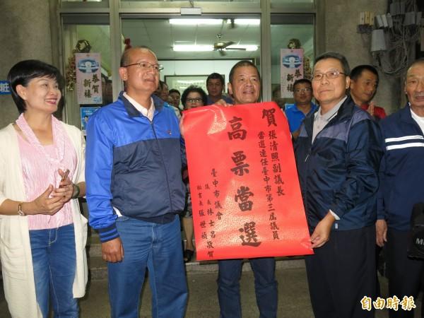 台中市副議長張清照(左2)高票連任。(資料照)