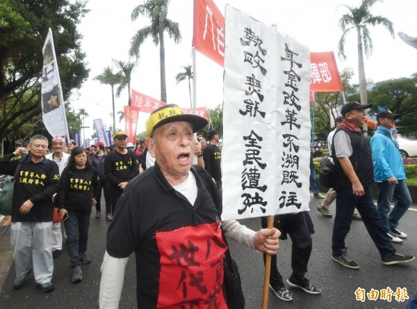 反年改團體「八佰壯士」凱道遊行。(記者方賓照攝)