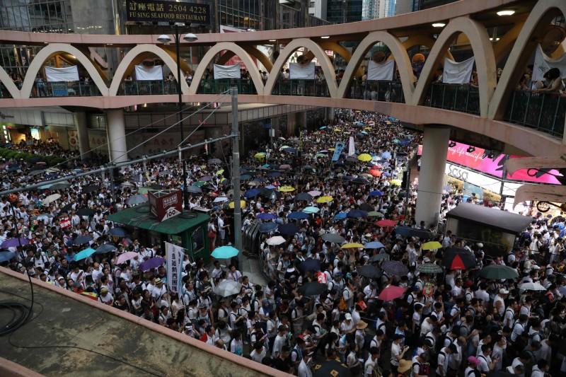 不少香港民眾上街抗議港府對中國低頭,現場人山人海。(法新社)