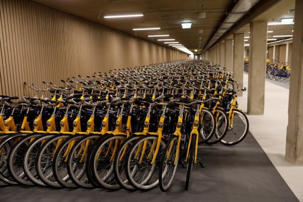 單車停車場也解決了共享單車亂停的現象。(路透社)