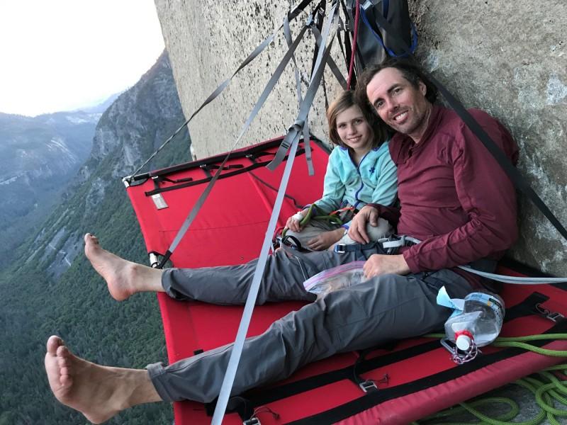 施耐特在攀爬酋長岩時,與父親在半途懸空小歇。(路透)