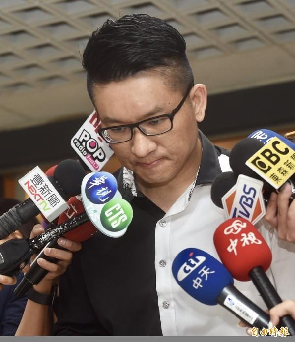 日前酒駕肇事的台北市議員童仲彥,13日宣布退出年底選戰,向社會大眾及選民鞠躬道歉。(記者簡榮豐攝)