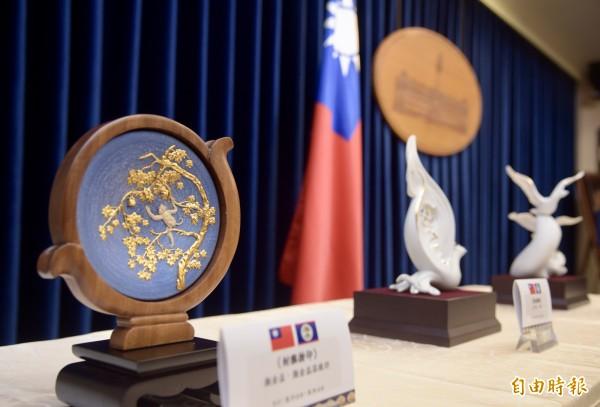 總統府8日舉行總統蔡英文「同慶之旅」贈禮說明會,將致贈友邦貝里斯3件禮品。(記者黃耀徵攝)