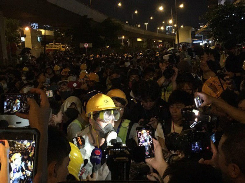 示威民眾晚間在中聯辦外以中英文重申5大訴求、宣讀宣言。(圖擷取自TG_反送中已核實資訊頻道)