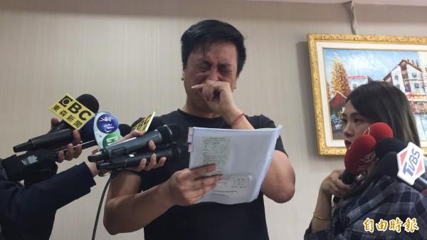 親民黨立委李鴻鈞新莊辦公室主任張書維昨日遭爆料涉嫌對2名女記者性騷擾、性侵未遂,下午召開記者會反擊,質疑遭對方設局陷害並落淚向家人致歉。(記者曾健銘攝)
