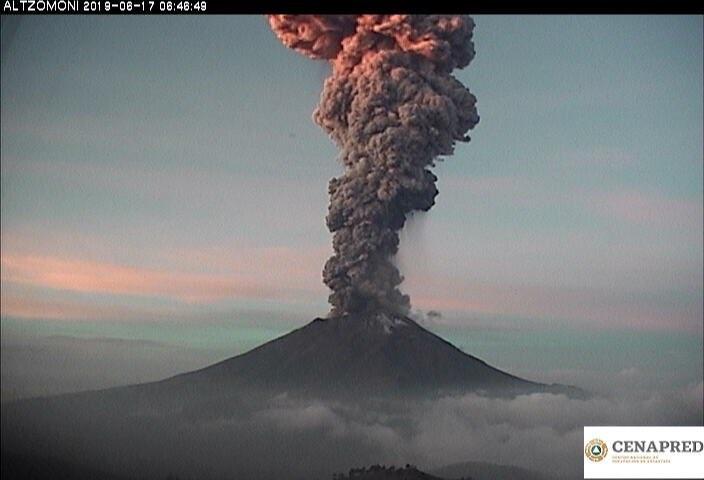 墨西哥波波卡特佩特火山17日噴發。(擷取自CNPC推特)