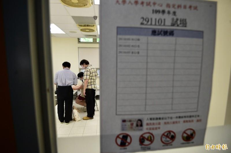 大學指考今(2)開放考生看考場,在台灣大學內的身心障礙生考場也陸續有考生前往看考場。(記者叢昌瑾攝)