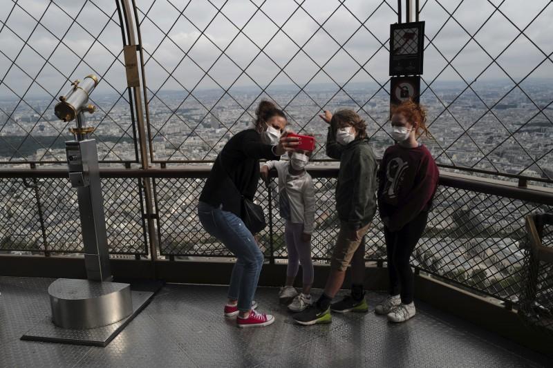 艾菲爾鐵塔15日重新開放頂層。(美聯社)