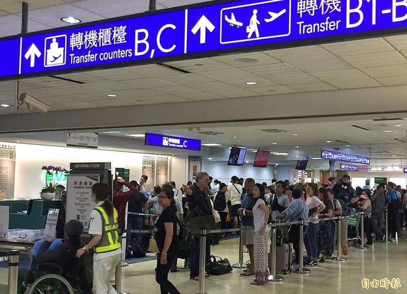 長榮航空空服員昨天下午4時開始罷工,除了出國旅客行程受到延誤,也有不少到台灣轉機的旅客受到影響,桃園機場長榮航空轉機櫃檯昨夜開始排滿等候辦理簽轉旅客。(記者朱沛雄攝)