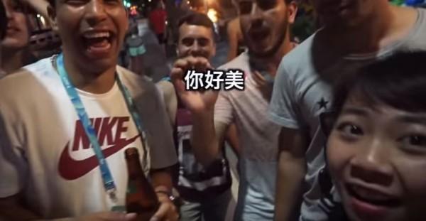 女大生遇到很多熱情的外國選手。(圖取自YouTube)