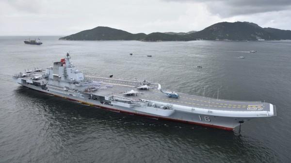 中國航空母艦遼寧號於昨日(7日)抵達香港,整趟赴港行程來回共需加油兩次,預估光是遼寧號的油料就要2800萬人民幣(約新台幣1億2558萬元)。(美聯社)