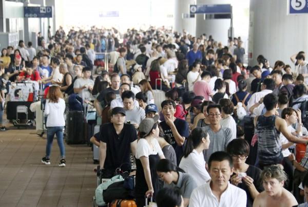 今年9月,日本大阪關西機場遭到強颱燕子重創,機場被迫關閉,許多旅客受困機場。(路透資料照)