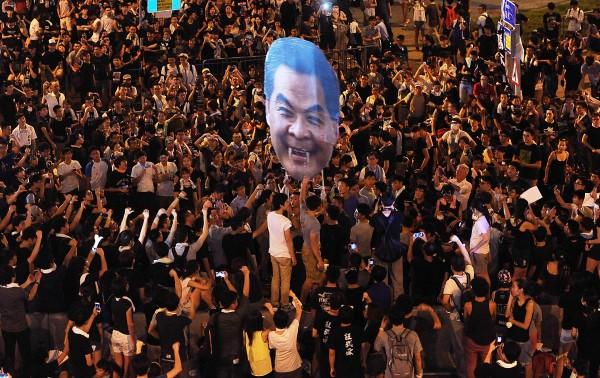 香港佔中,民眾擠滿香港政府總部前。(特派記者方賓照攝)