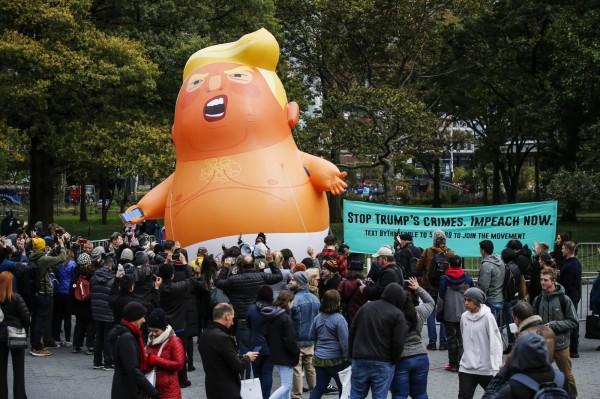 「川普寶寶」氣球出現在曼哈頓下城區的炮台公園廣場上,吸引不少紐約居民。(法新社)