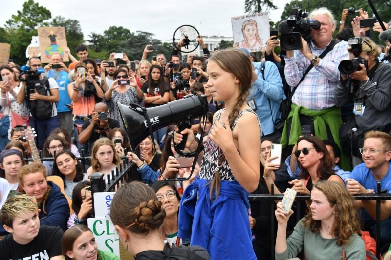 瑞典16歲環保少女桑柏格在全球氣候變遷的議題倡議上佔有一席之地,她週五(13日)前往美國白宮外,參加青年氣候運動抗議。(法新社)