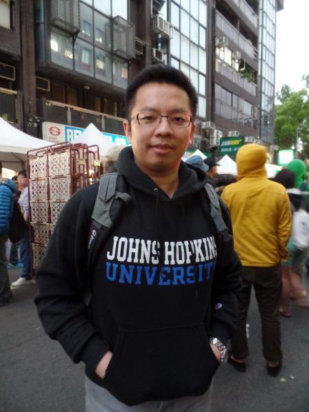 阿拉伯聯合大公國台灣籍衛生官員、醫師黃鉦閔與妻子飛回台灣參加反《兩岸服務貿易協議》公民運動。(記者郭安家攝)