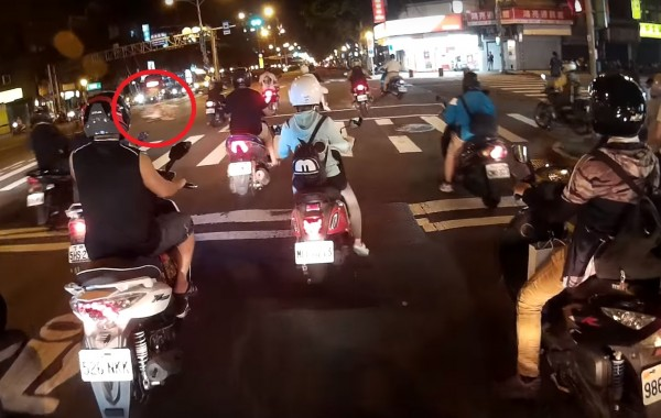 可以看到綠燈機車準備起步時,畫面左側(紅圈處)一輛單車高速闖進路口。(圖擷自YouTube)