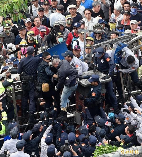 反年改八百壯士今下午動員抗議,企圖翻牆闖入立法院。(記者方賓照攝)