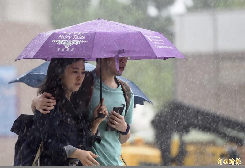 中央氣象局指出,今天(21日)受颱風外圍環流影響,迎風面的北部與東北部地區雨勢明顯。(資料照)