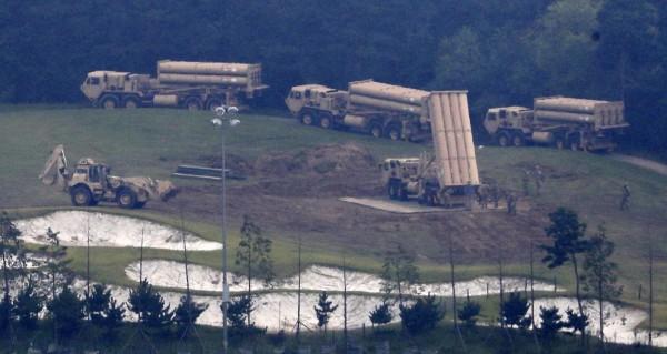 去年9月發射架全數運入基地,南韓與美國軍方在星州郡的高爾夫球場完成薩德臨時部署。(美聯社)