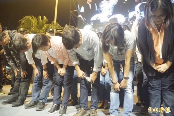 陳其邁率競選幹部向支持者深深一鞠躬。(記者黃佳琳攝)