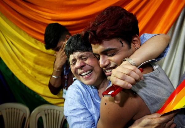 印度最高法院今(6)日,推翻157年前所創,把同性性行為定罪的印度刑法第377條,而接獲消息的LGBT人士,也為此激動到落淚。(路透)