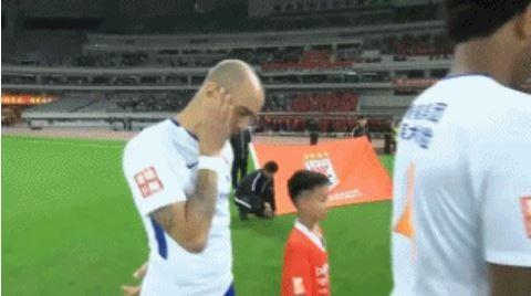 效力山東魯能泰山足球的巴西外援,33歲得中場球員塔德里(見圖),日前因為在賽前奏響中國國歌時,因為低頭撫面被官方指「不尊重國歌」,而遭處禁賽一場的懲罰。(圖擷取自微博)