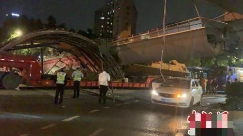 中國杭州市醫院前天橋被貨車頂撞垮。(圖擷取自網路)