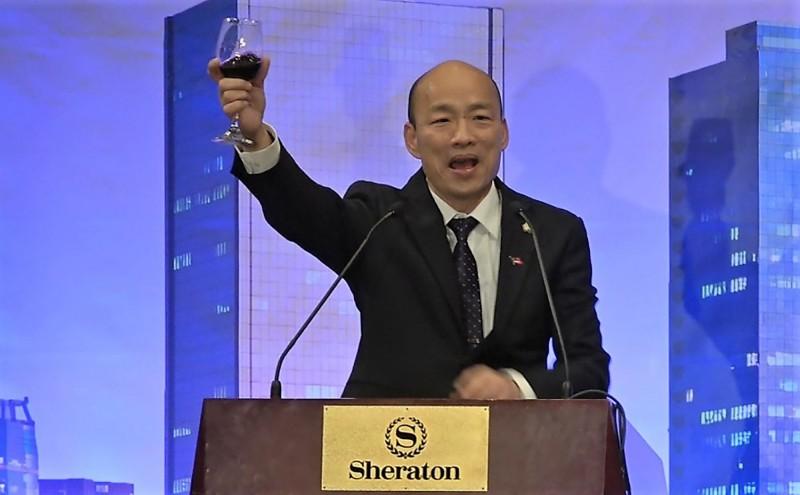 高雄市長韓國瑜訪美,他在美西時間13日晚間出席洛杉磯僑宴,對700名僑胞喊話,「明年1月11日回台灣投票,捍衛中華民國」。(中央社)