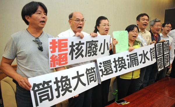環保團體與民進黨立委田秋堇今天召開記者會,指控台灣變更計畫,採購具有危險性的大型貯存設施。(記者劉信德攝)