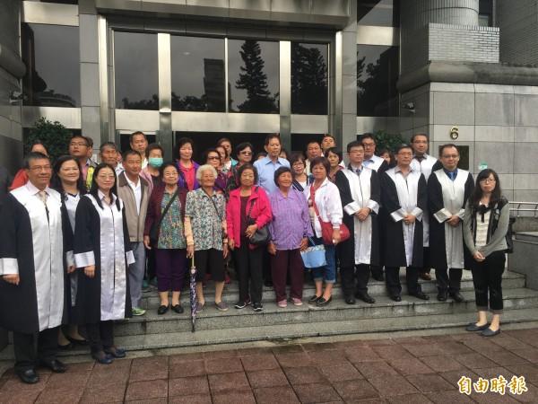 中石化台南安順廠戴奧辛公害求償案今年9月間在最高法院開庭,其中31位自救會成員專程北上旁聽。(資料照)