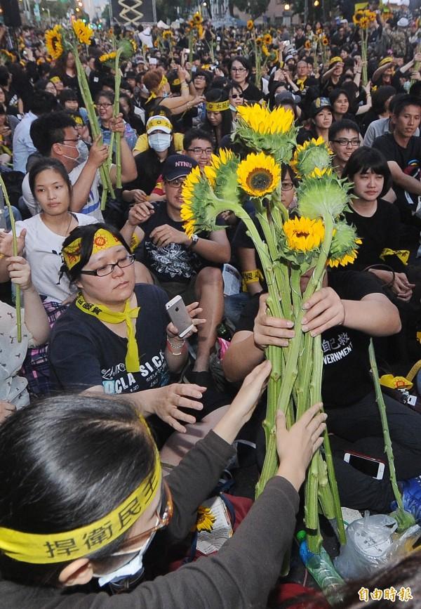 王定宇認為,馬英九應多反省,少說話。圖為2014年參與太陽花學運的學生和民眾。(資料照)