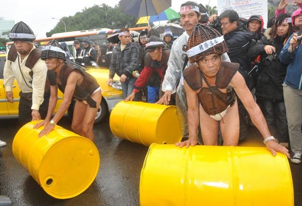 2011年時,達悟族人更曾走上凱道舉行記者會,要求政府徹底解決蘭嶼核廢問題,將象徵核廢料貯存桶推向總統府。(記者簡榮豐攝)