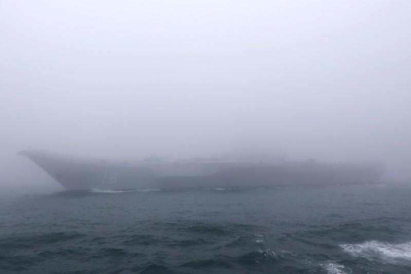 中國海軍成立70週年今天在青島舉行海上閱兵,但因附近海域大霧,就連航空母艦遼寧艦都很難看清全貌。(歐新社)