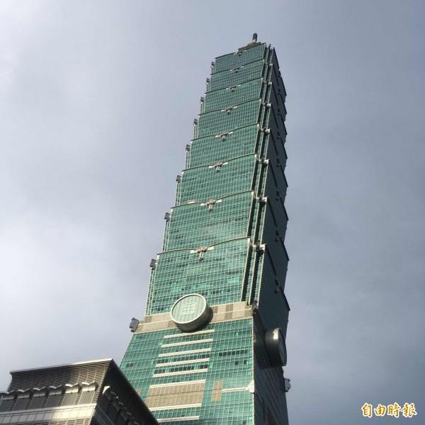 台北101大樓觀景台,昨天傳出一名中國男童當眾遛鳥,母親竟說沒有褲子給小孩穿,令人傻眼。(資料照)