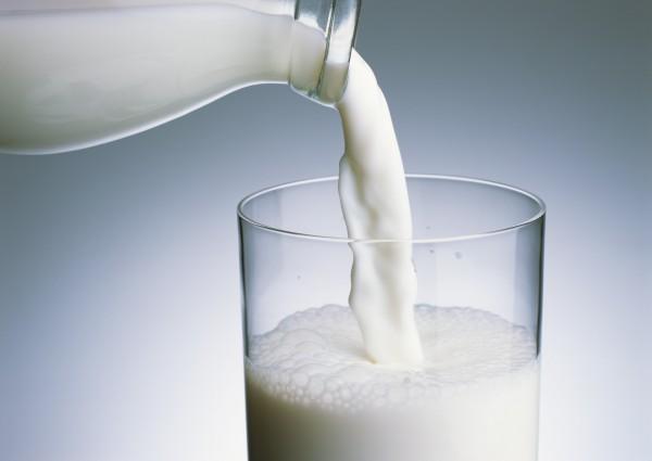 國家衛生研究院及國防醫學院共組研究團隊調查發現,每週喝3到7次牛奶可降低死亡率,罹患心血管疾病和中風的機會也比較低,但多喝無益。(資料照)