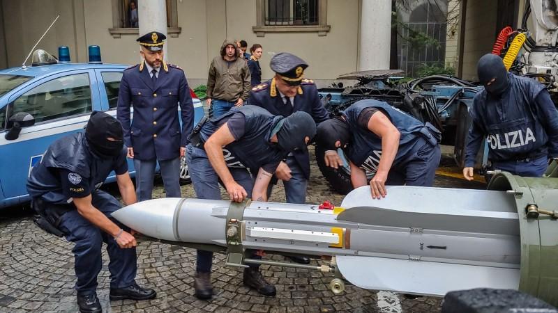 義大利反恐警察突襲極右翼組織時,破獲一枚法國製造的Matra Super 530 F空對空飛彈。(法新社)