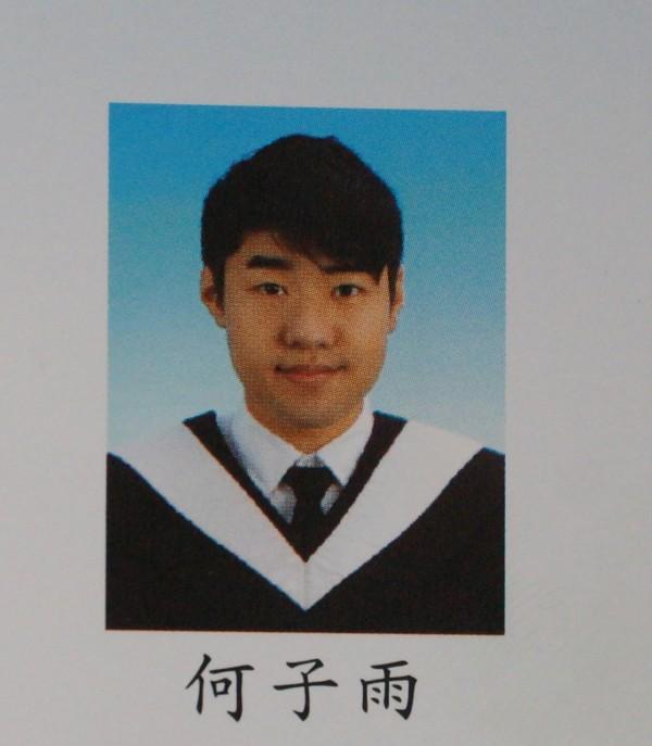 上尉飛官何子雨為成功大學中文系畢業。(記者劉婉君翻攝)